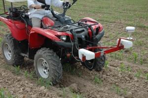 Foto 3. Detección terrestre de malas hierbas con tecnología NDVI (sensor WeedSeeker).