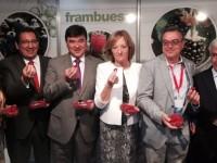La consejera de Agricultura, Carmen Ortíz, anima a investigar e innovar en la producción de frutos rojos