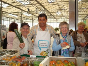 El marido de Lola, Fernando, atiende a unos turistas en la zona para catas de hortalizas.
