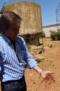 Francisco Javier López Bellido sosteniendo una marra (FILEminimizer)