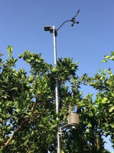 Punto de toma de datos con anemómetro y placa de radiación solar