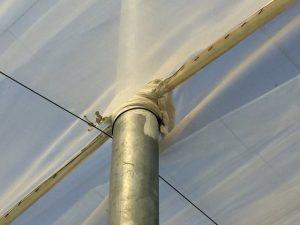 Aislamiento de tela sellada con pintura en los puntos de contacto de la malla con los tubos del invernadero.